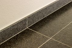 Graniet Black Pearl Leather Finish. #woonkamer #living #natuursteen #naturalstone #vloer #floor #flooring #tiles #tegels #fossiel #fossil #interieur #interior #interieurdesign #interiordesign
