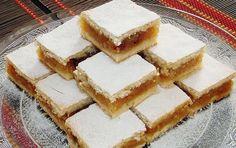SASTOJCI:    Tijesto:  250 g margarina ili masti  250 g šećera  2 kom jaja  1 šalica (2 dcl) mlijeka    1 p.z.p.  800 g brašna  Nadjev od jabuka:  oko 1,5 kg jabuka  1 žlica cimeta    PRIPREMA:  1.  Umutiti mikserom margarin (mast), dodati jaja i šećer i na kraju mlijeko. Umiješati