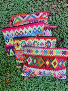 Portacosméticos cusqueños. Pura lana de alpaca confeccionados con telas antiguas. Coloridos y originales. ♡ Origen: Cusco, Perú ♡