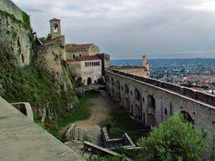 Castello di malaspina: Si trova nel paese di Fosdinovo (MS). È il castello più grande, più importante e meglio conservato della Lunigiana, ed uno dei più importanti e meglio conservati dell'intera Italia. Da molti è considerato il castello medievale più bello del Paese.