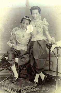 Lovely King Chulalongkorn era portrait - Princesses Malinee Nopdarasirini [L] and Nipanopadon Wimonphrapa of 1895 | via: - TeakDoor.com - The Thailand Forum