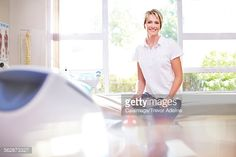 ストックフォト : Portrait smiling physical therapist in examination room