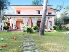 Ferienhaus (Villa) La Lupa für 6 Personen  Details zur #Unterkunft unter https://www.fewoanzeigen24.com/italien/toscana/55042-forte-dei-marmi/Villa-mieten/46170:1085431459:0:mr2.html  #Holiday #Fewoportal #Urlaub #Reisen #FortedeiMarmi #Ferienhaus #Villa #Italien
