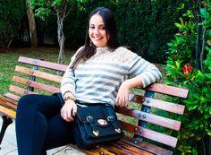 Look confortável e muito estiloso !!! Inspire-se e confira todos os detalhes no blog da loja Charme Dalu: http://blogcharmedalu.com.br/look-do-dia-bolsa-carteiro-brinco-grande-e-pulseira-de-couro/