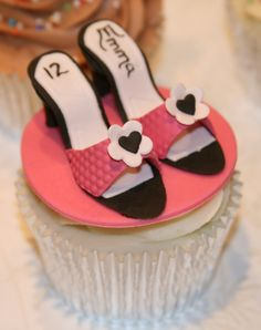 Would be great for a sweet with the age and the name on the insoles. Shoe Cupcakes, Pretty Cupcakes, Beautiful Cupcakes, Gorgeous Cakes, Cupcake Cookies, Amazing Cakes, Cupcake Pictures, Cupcake Ideas, Fashion Cupcakes