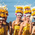 Young women flowers in procession....Jimbaran..Bali par geolis06