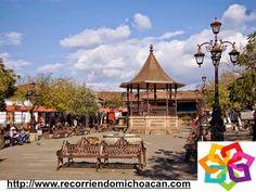 MICHOACÁN MÁGICO te cuenta sobre la Plaza Principal de Santa Clara del Cobre donde disfrutaras de la vista de los portales donde están algunas tiendas artesanales, en el centro está un bello kiosco, con techo de bronce,  rodeado de arboles, farolas y banquitas de hierro forjado. HOTEL VILLAMONTAÑA http://www.villamontana.com.mx/