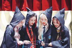 © sing a soul Kpop Girl Groups, Korean Girl Groups, Kpop Girls, Extended Play, Harry Potter, Hogwarts Uniform, Holi Photo, Fandom, Olivia Hye