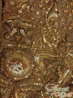 Massenstickerei in den Kollektionen von High Fashion . Zardozi Embroidery, Gold Embroidery, Embroidery Fashion, Hand Embroidery Patterns, Crazy Quilting, Velvet Dress Designs, Pakistan Wedding, Wedding Embroidery, Lesage