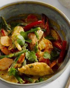 Een echte Thaise klassieker, deze rode curry met kip, scampi's en romige kokosmelk. Gemakkelijk en snel klaar. Serveer met basmatirijst. Indian Food Recipes, Asian Recipes, Curry Pasta, Creamy Tomato Pasta, Good Food, Yummy Food, How To Cook Rice, Weird Food, Super Healthy Recipes