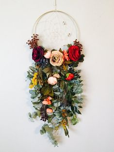 Hanging Flower Wall, Flower Wall Decor, Idee Diy, Floral Wall, Art Floral, Diy Wreath, Diy Wall, Wall Art, Wall Design