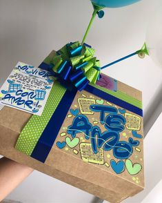 Hermosos y deliciosos desayunos, meriendas y anchetas sorpresa personalizadas! Personalizamos tus ta... #yooying Valentine Gifts For Girlfriend, Boyfriend Gifts, Weird Gifts, Creative Box, Explosion Box, 21st Birthday, Gift Bags, Gift Baskets, Gifts For Him
