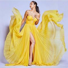 Malaika Arora Khan looked brighter and beautiful in the Yellow gown dress. Actress Aishwarya Rai, Bollywood Actress, Girls Dresses, Prom Dresses, Formal Dresses, Make Up Tutorial, Yellow Gown, Arjun Kapoor, Tabu