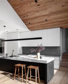 Kitchen goals Open plan kitchen design at its finest. Who else thinks the raked. - Design Cointrend News Modern Kitchen Design, Interior Design Kitchen, Kitchen Decor, Kitchen Ideas, Kitchen Island Bench, Timber Ceiling, Timber Panelling, Open Plan Kitchen, Beautiful Kitchens