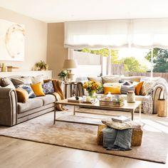 Salón con sofá en L y amplio ventanal_452175