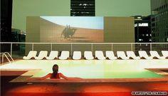 Piscina situada no topo do hotel Standard, em Los Angeles, oferece vista panorâmica e tem telão para exibição de filmes ao ar livre  Foto: Reprodução internet