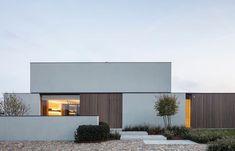 CAS architects creates synergy between linear architecture and a warm interior photo: Tim Van de Velde Minimalist House Design, Minimalist Architecture, Modern Architecture House, Facade Architecture, Residential Architecture, Sustainable Architecture, Villa Design, Facade Design, Design Art