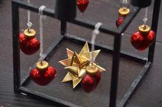 Kubus stagen, er blevet pyntet op til jul. Fine hjerter i glas, og en enkel guldstjerne, som Kjærsten har flettet. Jeg har også overvejet at binde lidt grønt om stagen...det ville med garanti se fint ud.