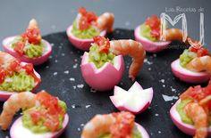 Huevos rosas rellenos de guacamole y langostinos