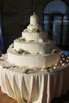 Torta nuziale classica. Le torte nuziali di Preludio Catering. Banqueting per matrimoni, menu per ricevimento matrimonio. Wedding ideas, wedding cake inspiration.