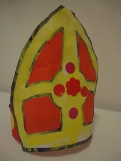 Sinterklaas: Maak van een strook stevig papier/karton een passende hoofdband. De mijter is een kleurplaat, dit keer geverfd en beplakt.