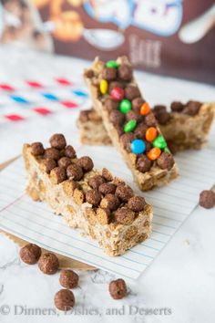 Cocoa Puffs Cereal Bars - a great no bake bar that you can make in minutes. Grab for an on the go breakfast, pack in your lunch, or for a quick snack. Cheap Healthy Snacks, Quick Snacks, Kid Snacks, Puffs Cereal, Cereal Bars, Cereal Treats, Yummy Treats, Sweet Treats, Cocoa Puffs