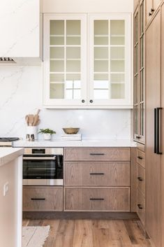 Our Summit Creek Project kitchen features stunning views, a rich organic vibe, and transitional design that fits the modern home while still feeling warm and inviting. Take a look at how we created this beautiful layered white and wood space. Kitchen Interior, Diy Kitchen Remodel, Transitional Kitchen, Kitchen Cabinets, Kitchen Remodel, Kitchen Decor, Kitchen Organization Diy, Diy Kitchen, Kitchen Design