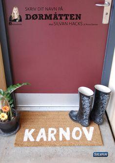 Skriv dit navn på dørmåtten - med Silvan Hacks af Anna Karnov