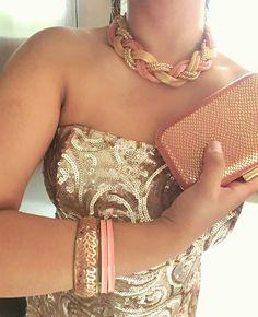 Accesorios salmon para vestido dorado de lentejuela. Gold spangle dress with salmon accessories.