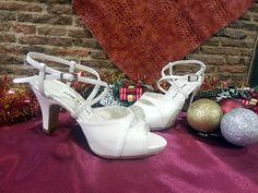 Sandalias de novia, para bodas de primavera-verano, con tiras cruzadas para llevar el pie bien sujeto.