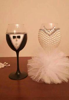 Diy Wine Glasses, Decorated Wine Glasses, Painted Wine Glasses, Diy Wedding Wine Glasses, Wedding Toasting Glasses, Wedding Flutes, Champagne Glasses, Wine Glass Crafts, Wine Bottle Crafts