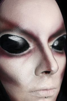 Creepy alien Halloween look - paint eyelids black. Alien Halloween, Halloween Looks, Halloween Face Makeup, Halloween 2017, Costume Halloween, Male Makeup, Makeup Geek, Sfx Makeup, Burning Man Makeup