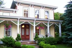 Arbor View House Bed and Breakfast East Marion (New York) This historic bed and breakfast in Long Island features free Wi-Fi, spa services, and individually decorated rooms equipped with a flat-screen TV. Island End Golf and Country Club is less than a mile away.