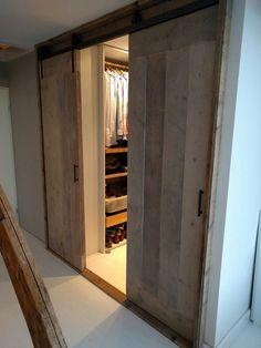 Prachtige steigerhouten deuren voor een inloopkast . Deuren aan een hang rol systeem. Elke maat en uitvoering mogelijk @ GoedGevonden / Koog aan de Zaan