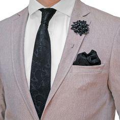 Nyakkendő Zsebkendő Dísztű Fekete Paisley, 3 darabos készlet  Férfiaknak szükséges teljes kellékcsomag, ami nyakkendőből, zsebkendőből virágot ábrázoló dísztűből áll. Különleges motívumokat tartalmazó férfi kellékek, amelyeket különleges eseményeken viselik. A csomagot Gent's Club ajándék zacskóban kínáljuk, amihez tanácsokat tartalmazó szórólapot is ajándékozunk a nyakkendő megkötéséhez és a zsebkendő különböző formájú összehajtásához. Tie Clip, Brooch, Paisley, Accessories, Club, Fashion, Moda, Fashion Styles, Brooches
