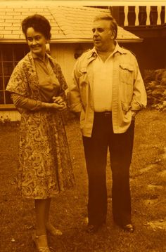 Ed and Lorraine Warren standing outside the Perron families house. In when the Perron family moved in there, that's when they began to experience Demonic Spirit's. True Horror Stories, Ghost Stories, True Stories, Paranormal Stories, Lorraine Warren, The Conjuring True Story, Creepy Pictures, Ghost Pictures, The Conjuring