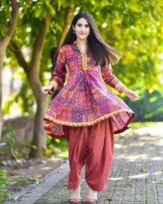 25 Classy Outfits For Pakistani Girls With Short Height - 20 Classy Outfits for Pakistani Girls with Short Height Source by misstahira - Pakistani Frocks, Simple Pakistani Dresses, Pakistani Fashion Casual, Indian Fashion Dresses, Pakistani Dress Design, Indian Designer Outfits, Pakistani Outfits, Designer Dresses, Pakistani Clothing