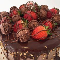 Saindo Torta de Ferrero Rocher com Morango ! #confeitariaelhajj by confeitariaelhajj http://ift.tt/1sabXFI
