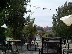 Le Pastis es una terraza con mucho encanto situada justo al lado del puente de Hierro, un pedacito de París inspirado en las tradicionales guinguettes de las orillas del río Sena.