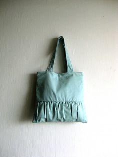 Dieser Beutel ist eine schöne und zarte Tasche... Das Äußere des dieses Tote erfolgt in hellen Blau-Aqua Baumwolle Köper und ist mit einem plissierten