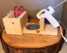 Bonito Glue Gun Holder - Gift Idea - Crafting Supplies - Valentine's Day Gift - Mothe. Glue Gun Holder - Gift Idea - Crafting S. Diy Wood Projects, Wood Crafts, Woodworking Projects, Klebepistole Halter, Glue Gun Holder, Decoration Palette, Glue Gun Crafts, Diy Glue, Craft Room Design