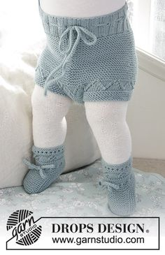 Odeta Pants / DROPS Baby - The set consists of: knitted baby shorts and slippers with lace pattern and garter stitch. The set is worked in DROPS BabyMerino. Baby Knitting Patterns, Baby Cardigan Knitting Pattern, Pants Pattern, Baby Patterns, Free Knitting, Finger Knitting, Scarf Patterns, Knitting Tutorials, Crochet Patterns