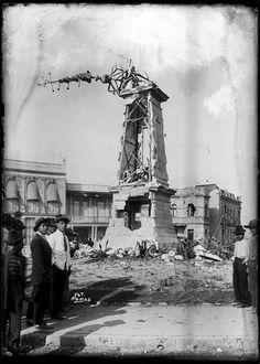 1913 El Reloj Chino en Bucareli después de los bombardeos desde La Ciudadela durante la Decena Trágica cuando la cd de México fue escenario de la insurrección armada de militares enemigos del gobierno constitucional de Francisco I. Madero, la cual llevò a su muerte y a la usurpación del poder por parte de Victoriano Huerta.