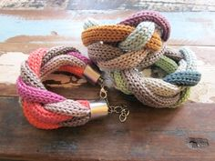 Geflochtenes Strickarmband (individualisierbar)-JUST inspiration! Finger knit and toggle end.. HMMMMMMM