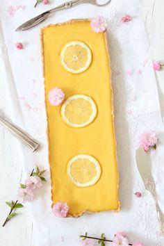 Ist es nicht einfach nur köstlich in eine knusprige Tarte zu beissen, die mit einer cremigen Zitronencreme gefüllt ist? Jedes Mal wenn ich mir an den französischen Schaufenstern die kleene Nase pla…