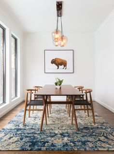 Get inspired by these dining room decor ideas! From dining room furniture ideas, dining room lighting inspirations and the best dining room decor inspirations, you'll find everything here! Mid Century Modern Living Room, Mid Century Dining, Mid Century Rug, Mid Century Modern Rugs, Dining Room Inspiration, Interior Inspiration, Rug Inspiration, Interior Ideas, Simple Interior