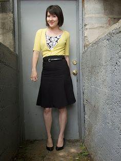Atuendo de trabajo - falda negra, suéter amarillo