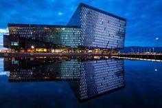 Architektur in Island ist zweckmäßig. Geprägt von kantigen, starken Linien und Farben im Spektrum von Dunkel- bis Hellgrau. Stabil und Wartungsarm. Das heißt jedoch nicht, dass sie frei von Design oder modernen Elementen ist. Entdecke mit MARCO POLO die sehenswertesten Bauwerke.