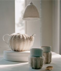 instructions for knitting teapot and cup cozies plus the lamp shade (written in dutch)