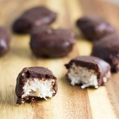 Raw Bounty Bites are the perfect healthier version of the classic chocolate bar. And they tick all the boxes - gluten free, dairy free, refined sugar, egg free and nut free! Dessert Sans Gluten, Paleo Dessert, Dessert Recipes, Healthy Desserts, Raw Food Recipes, Cooking Recipes, Cooking Tips, Nut Free, Dairy Free